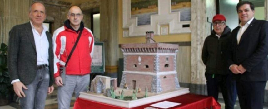 Pietrasanta – Miniatura della Torre Beltrame, del Gruppo Presepisti di Querceta, in mostra nell'atrio del Municipio di Pietrasanta