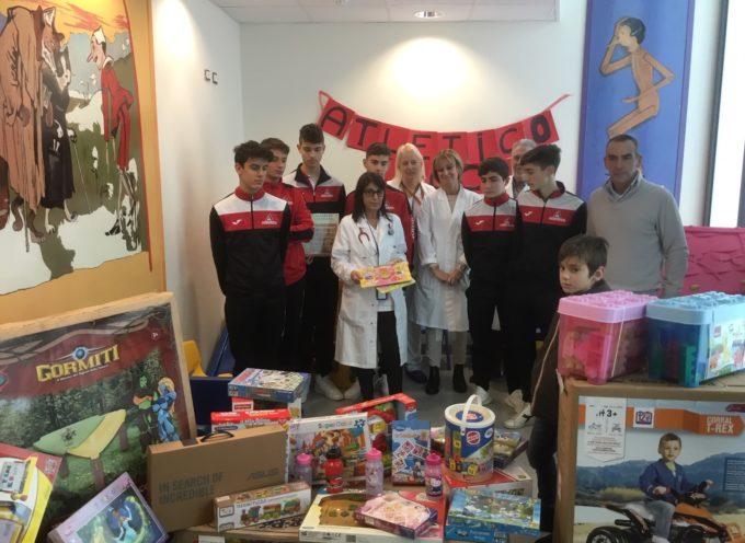 """L'Atletico Lucca dona tanti giocattoli ed un computer alla Pediatria del """"San Luca"""""""