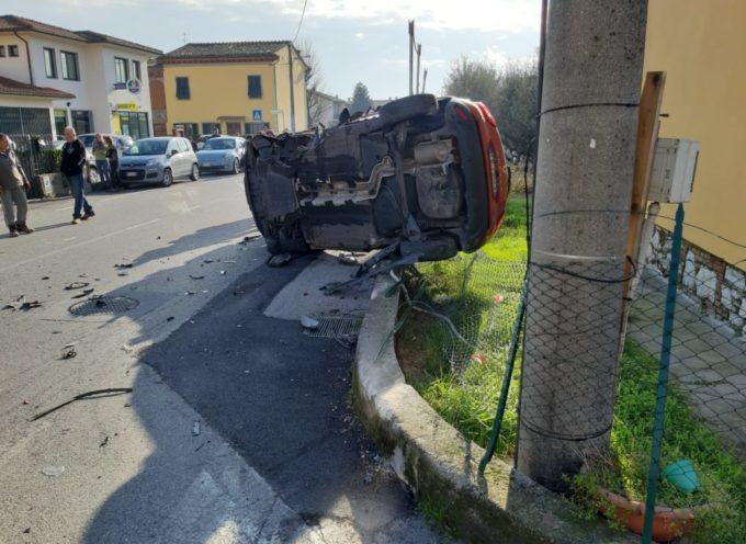 Auto ribaltata dopo uno scontro in via di Picciorana