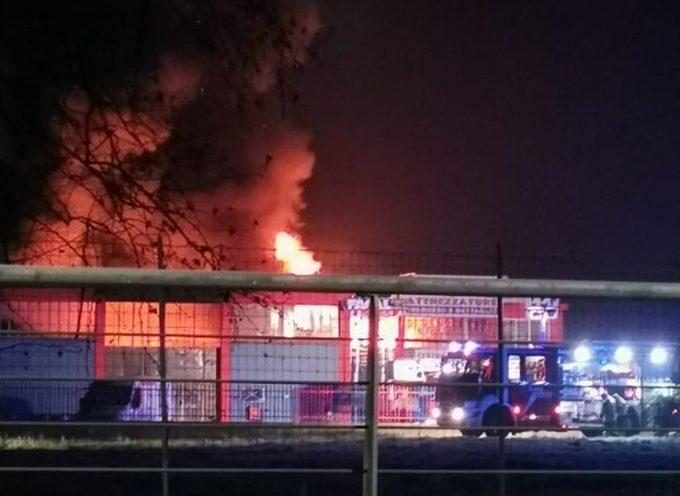 In fiamme il magazzino del colorificio Bevilacqua