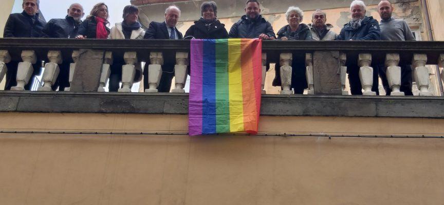 L'amministrazione espone a palazzo Orsetti la bandiera arcobaleno