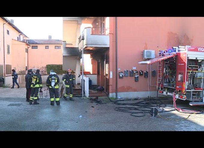 Sotto sfratto si dà fuoco e incendia l'appartamento