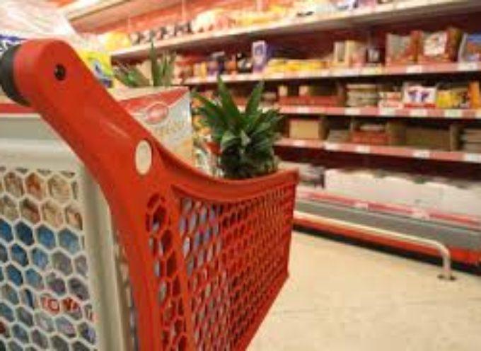 Un uomo di 90 anni in gravi difficoltà economiche ruba un tiramisù al supermercato: la polizia gli paga la spesa
