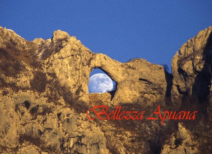 Lo spettacolo unico della luna che sorge dal monte Forato