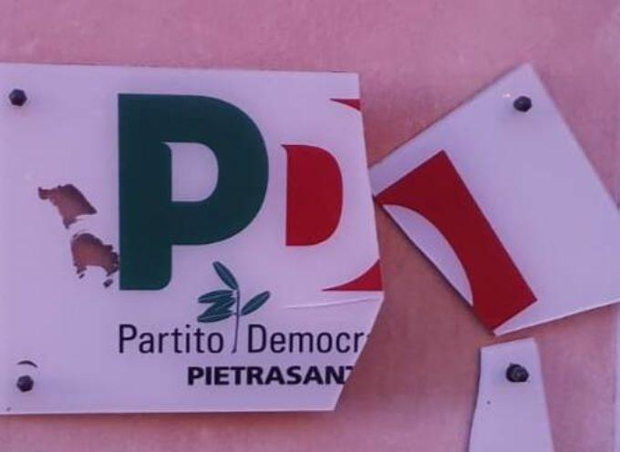 danneggiata nella notte di san silvestro la targa della sede del partito Democratico di Pietrasanta