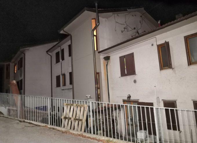Cade un masso: sei famiglie evacuate a Fabbriche di Vergemoli