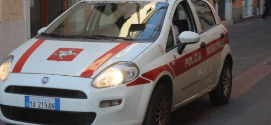 Pietrasanta – Spazzatura lanciata dall'auto in corsa, la maleducazione resiste anche all'emergenza sanitaria