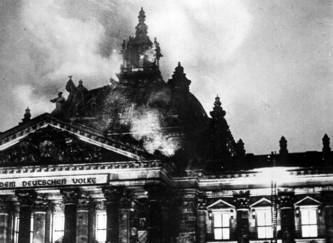 La sera del 27 febbraio 1933 prende fuoco il palazzo del Reichstag a Berlino.
