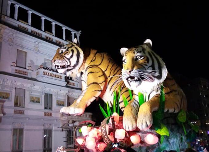 Viareggio, una folla saluta il terzo corso in notturna: