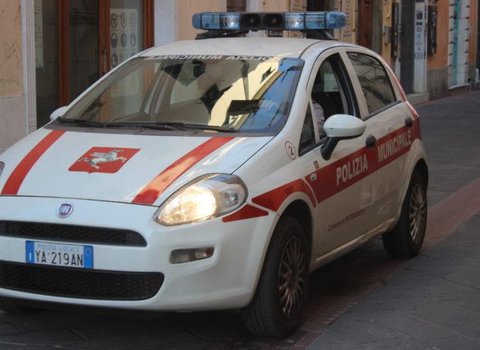 """Pietrasanta – Automobilista ubriaco semina panico in città, """"inseguito"""" da cittadino e fermato Polizia Municipale"""