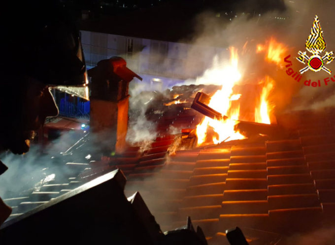 Paura nella notte a Camaiore per un incendio al tetto di un'abitazione