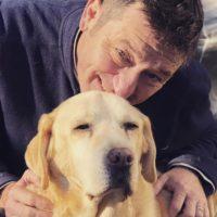 """Questo cane ha """"aiutato"""" il suo padrone a fare il bucato, raccogliendo un calzino e portandoglielo"""