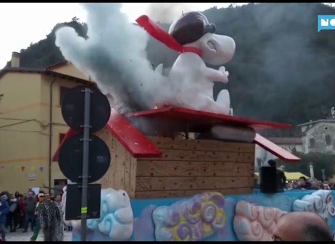 Fiamme su un carro del Carnevale di Seravezza; subito spente con gli estintori