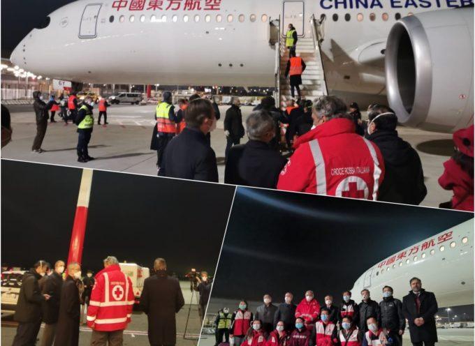 Dalla Cina a Fiumicino – Arriva l'aereo con il team di specialisti e le forniture mediche per aiutare l'Italia