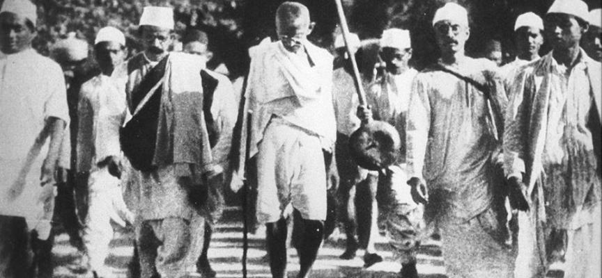 """Per protestare contro un tassa sul sale imposta dal governo britannico, il 12 marzo 1930 Mahatma Gandhi guida la """"marcia del sale"""":"""