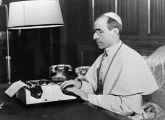 Il 2 marzo 1939 sale al soglio pontificio il discusso Papa Pacelli con il nome di Pio XII.