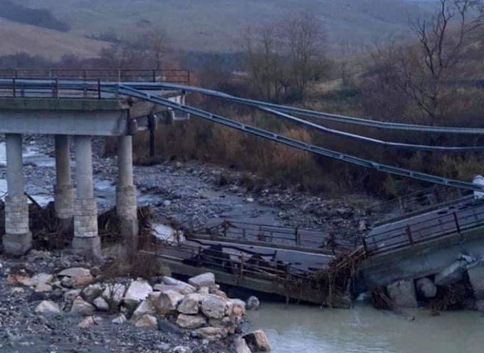Radicofani, crolla il ponte sopra il fiume Paglia