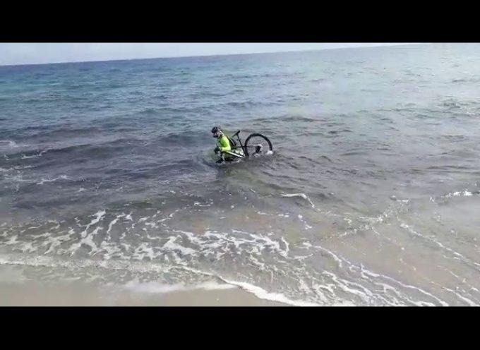 Covid-19, ciclista entra in mare con la sua bici per cercare di evitare il controllo – VIDEO