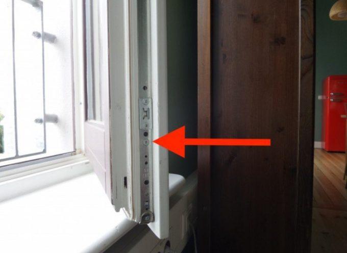 Su alcune finestre c'è una vite che dovrebbe essere girata due volte l'anno per regolare la temperatura di casa