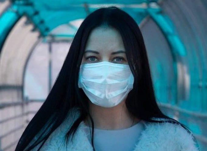 Il pericolo nascosto di guanti e mascherine di cui (quasi) nessuno parla