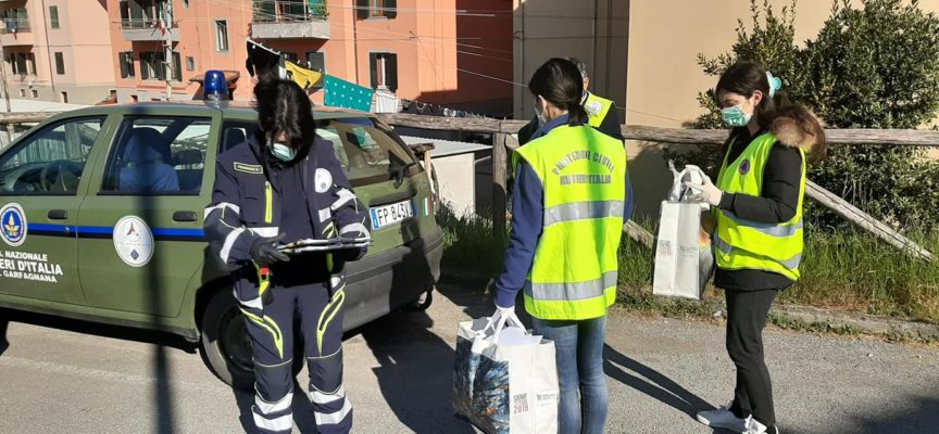 Continua la distribuzione da parte della Protezione Civile, a Castelnuovo di Garfagnana, delle mascherine fornite dalla Regione Toscana