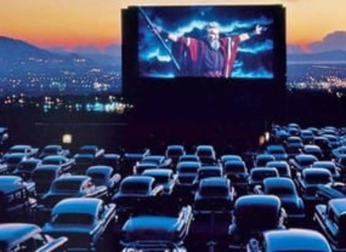 CAPANNORI – Cinema estivo formato drive-in o stile parigino con coperta portata da casa e ci si siede in terra sul prato?