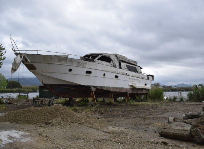 MASSAROSA – Osservare il panorama sul lago dal tetto di uno yacht a quattro metri di altezza.