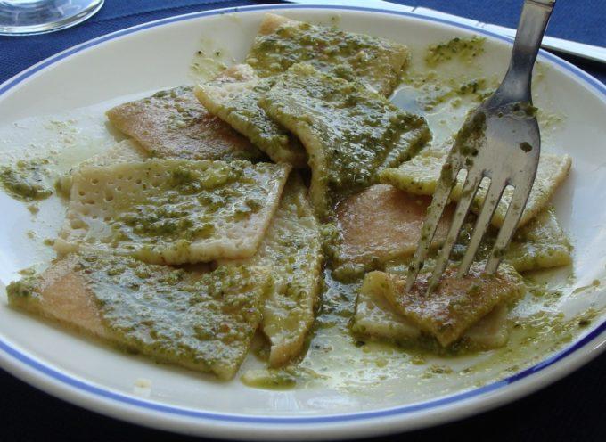 oggi facciamo la pasta al pesto con le noci della Garfagnana.