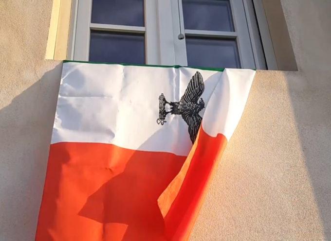 25 aprile, bandiera della Repubblica di Salò esposta ad una finestra; scatta la denuncia
