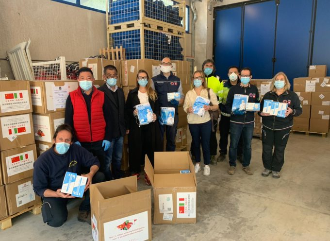 Coronavirus, la comunità cinese dona 50mila mascherine e 900 camici alla Toscana