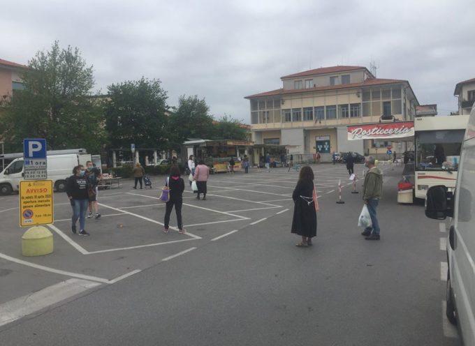 Mascherine, guanti e distanze: riaperti i mercati a Seravezza
