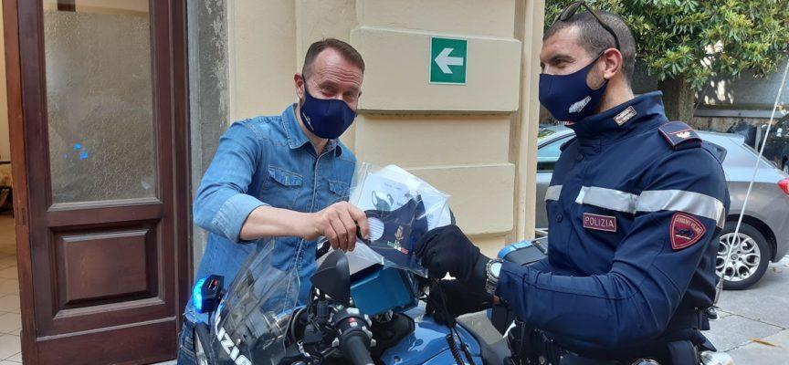 Da oggi le Volanti della Questura di Lucca e dei Commissariati di Viareggio e Forte dei Marmi potranno indossare le mascherine con il logo della Polizia di Stato,