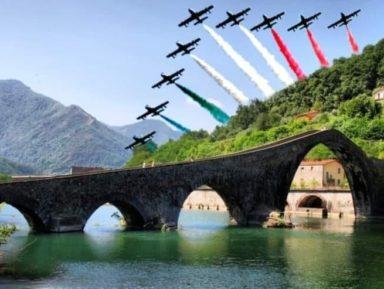 FORZA ITALIA – Le Frecce Tricolori sopra il cielo di Lucca.