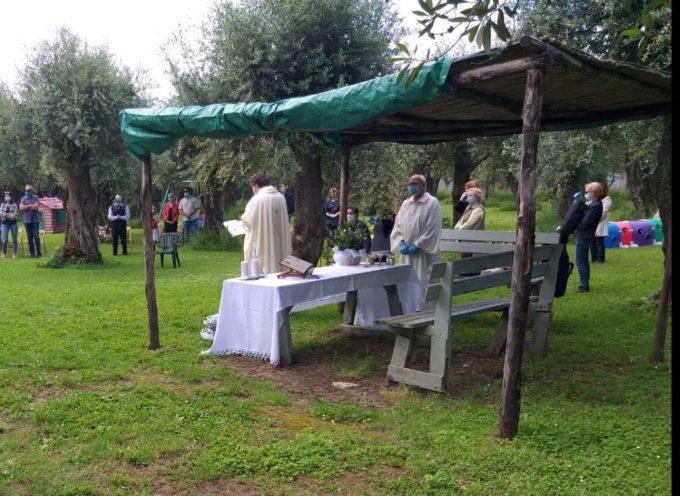 Pozzi di Seravezza – La chiesa del paese non può accogliere tutti i fedeli a causa delle norme sul distanziamento sociale? Il parroco rimedia celebrando all'aperto la funzione domenicale.