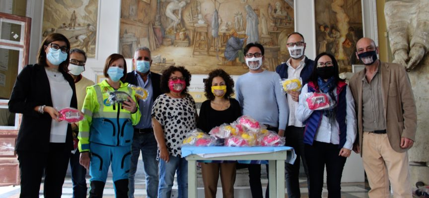 PIETRASANTA – consegnate le prime 350 mascherine trasparenti per non udenti alla Consulta del Volontariato