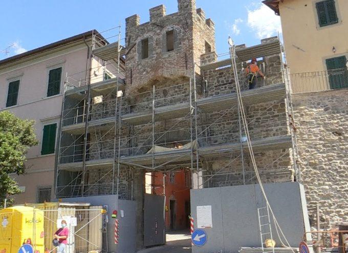 Ripreso il restauro delle mura di Barga