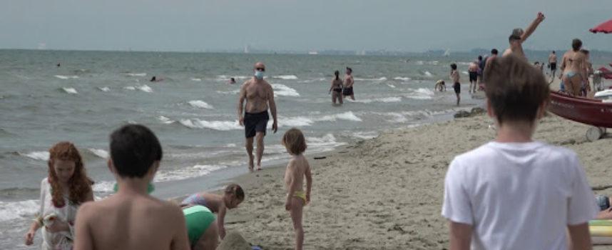 Con la mascherina in spiaggia: l'estate in Versilia può partire