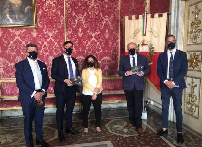 Grazie a Conflavoro che ha donato al Comune le mascherine lavabili e riutilizzabili con il logo della città di Lucca.