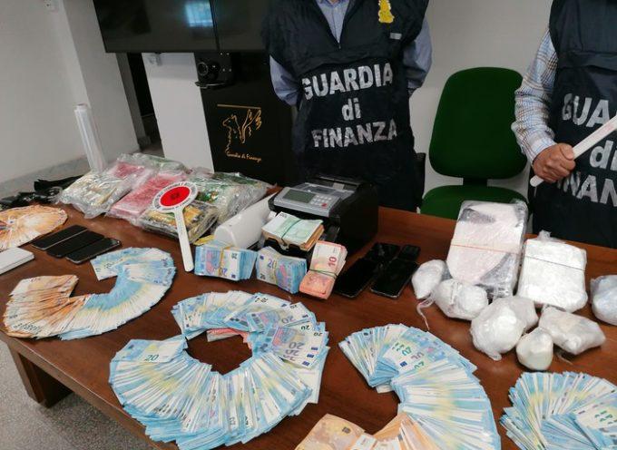 Dodici chili di cocaina confezionata in panetti e circa 70mila euro in banconote  nell'abitazione di due fratelli,
