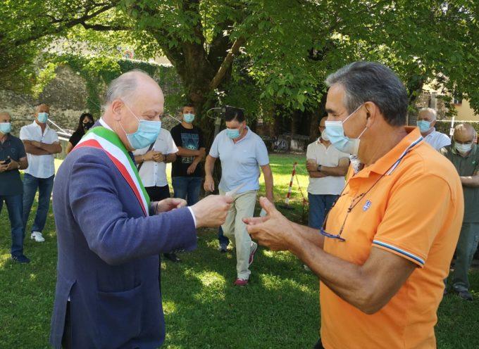 il Comune di lucca, e Lucca Riscossioni e Servizi srl consegnano i contributi alle associazioni che si occupano della manutenzione dei cimiteri