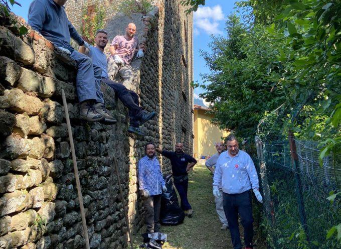 La Compagnia Arcieri del Rione Santa Maria ripulisce un tratto delle vecchie mura di Pescia