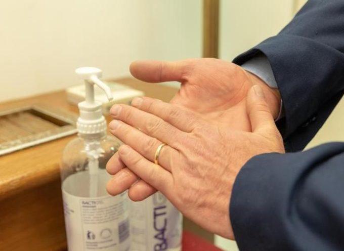 Contro il coronavirus è meglio lavarsi le mani che indossare i guanti