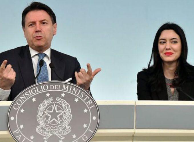 """Scuola, Conte e Azzolina: """"Stanziato un altro miliardo. 50mila assunzioni, stipendi più alti, meno studenti in classe"""