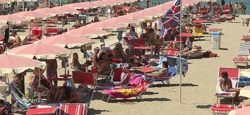 Versilia, bagnanti in spiaggia e voglia di normalità