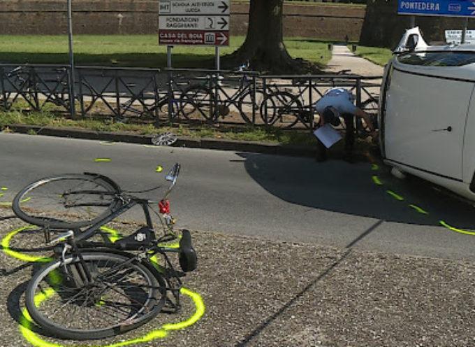 Investe ciclista sulla circonvallazione e si ribalta