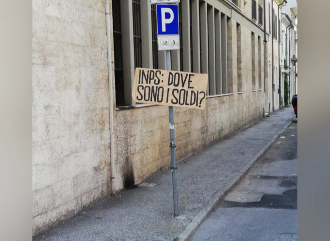 'Dove sono finiti i nostri soldi?', nuova protesta sotto la sede Inps