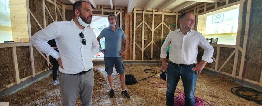 Che meraviglia a Capannori – e precisamente a Massa Macinaia – nasca una casa di paglia!