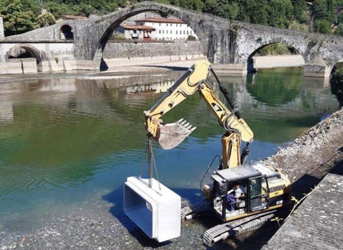 Lo svuotamento della diga permette di ammirare i diversi aspetti di solito nascosti del Ponte del Diavolo.