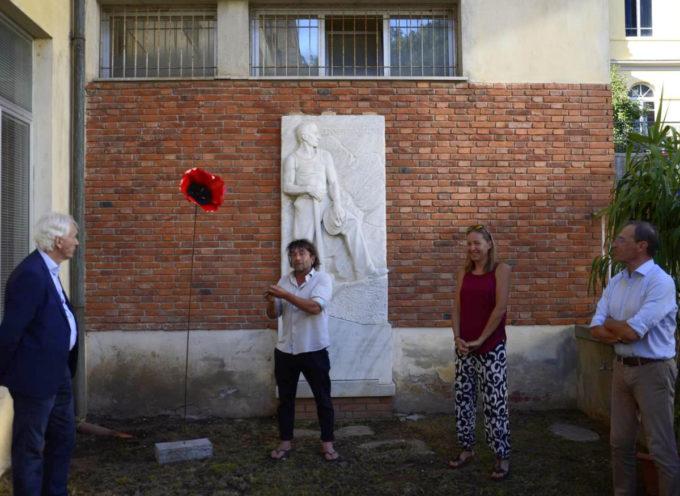 """collocato nel giardinetto del Municipio il """"Papavero della Rinascita"""" donato dall'artista Alfio Bichi"""