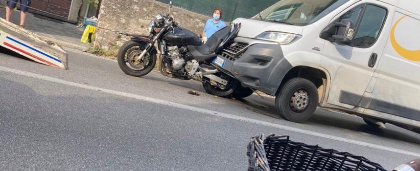 Seravezza – Scontro tra una moto e un furgone nel pomeriggio, a Querceta